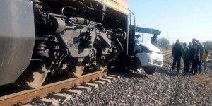 Tren arrastra a automovilista y le provoca la muerte