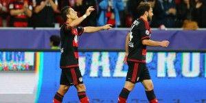 Chicharito dona la playera de su primer gol con el Bayer