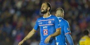 Camión de Cruz Azul olvida a dos de sus futbolistas