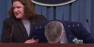 Video: se desmaya general en conferencia de prensa