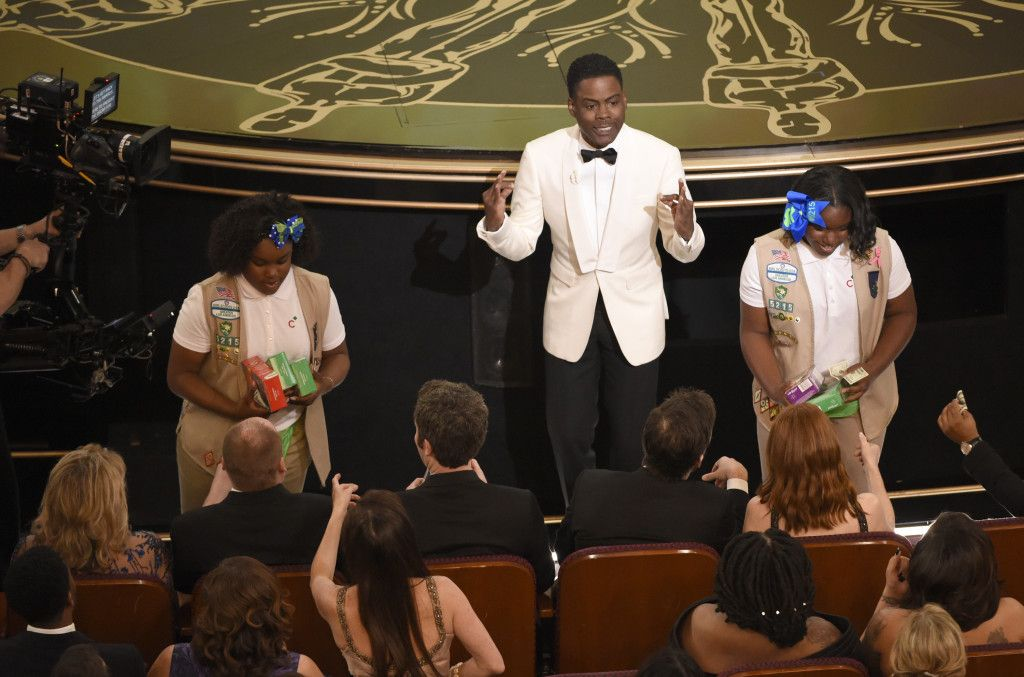 El presentador Chris Rock vende galletas de las Girl Scout al público en los Oscar, el domingo 28 de febrero de 2016 en el Dolby Theatre de Los Angeles. (Foto by Chris Pizzello/Invision/AP)