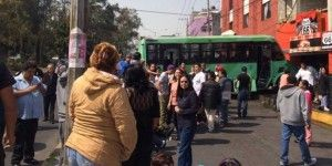 Choque de microbús contra negocio deja un muerto en Álvaro Obregón