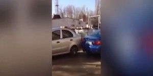 Video: mujer ebria choca con 17 vehículos intentando estacionarse
