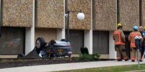 Video:  auto cae del cuarto piso de un estacionamiento