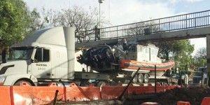 Tráiler con lancha de la SEMAR se atora en puente peatonal