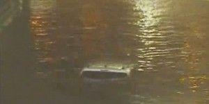 Video: mujer se hunde con su camioneta en Houston