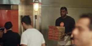 Video: LeBron James se hace pasar como empleado de una pizzería