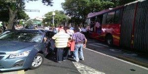 Choque de Metrobús y dos vehículos deja cinco heridos