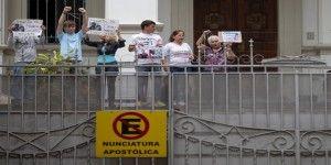 Toman opositores venezolanos Nunciatura para pedir mediación del papa Francisco
