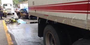 Motociclista muere al derrapar bajo un camión en San Pedro de Los Pinos