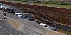 Socavón de 200 metros se traga al menos 20 autos en Florencia