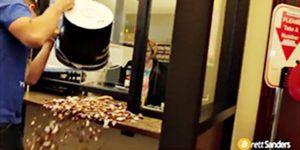 El divertido momento en que un hombre paga multa con monedas de un centavo
