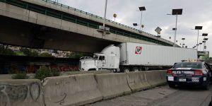 Tráiler atorado bloquea carriles centrales de la México-Querétaro