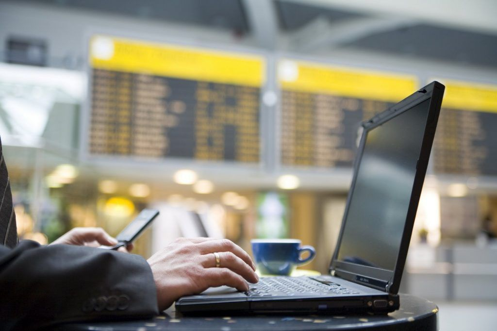 Usar redes inalámbricas públicas conlleva muchos riesgos que pueden aprovechar ciberdelincuentes. Foto de FederalCongressi.