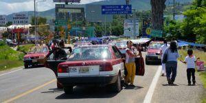 Pasajeros obligados a caminar al Aeropuerto de Oaxaca por bloqueo de la CNTE