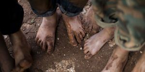 Dejan a sus hijos sin agua y descalzos en el desierto como castigo