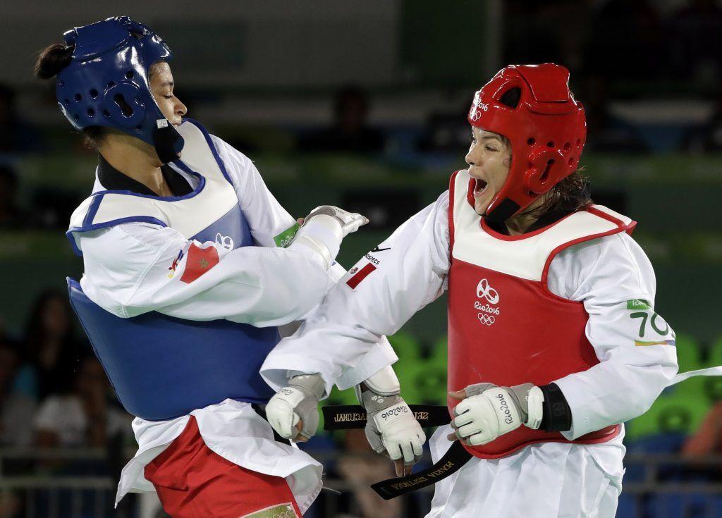 La mexicana María del Rosario Espinoza, derecha, pelea con la marroquí Wiam Dislam en los cuartos de final del torneo de taekwondo. Foto de AP.