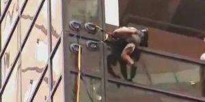 Video: policía detiene a hombre que escalaba la Trump Tower sin arnés