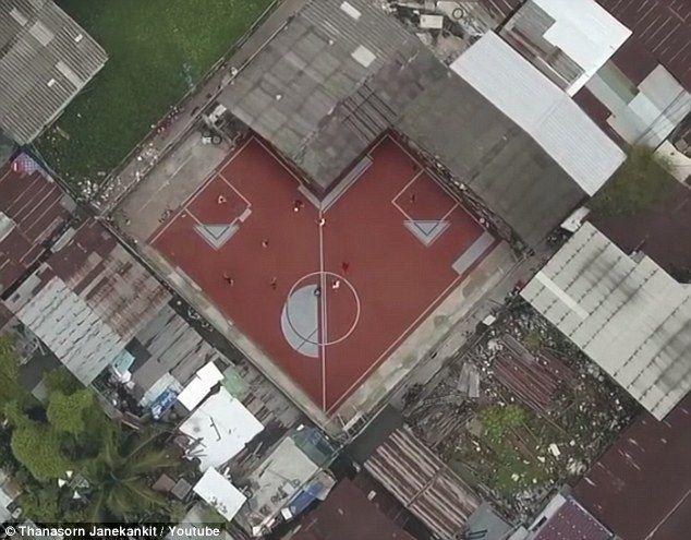 La cancha poco convencional en Bangkok. Foto de YouTube
