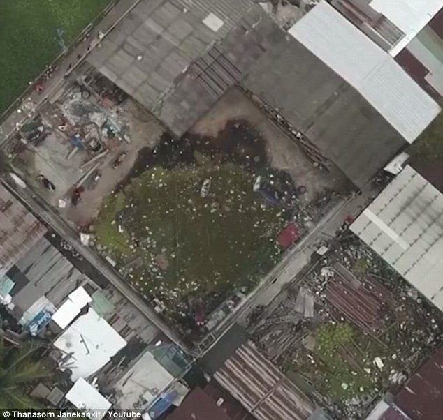 El espacio donde construyeron la cancha no rectangular en Tailandia, antes estaba lleno de basura. Foto de YouTube