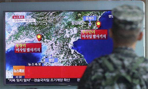 """Un soldado surcoreano observa una pantalla de televisión que muestra un reporte sobre un posible ensayo nuclear de Norcorea el viernes 9 de septiembre de 2016 en Seúl, Corea del Sur. La agencia de noticias surcoreana Yonhay dijo que Seúl cree que Corea del Norte realizó su quinta prueba nuclear el viernes. En la pantalla se lee: """"Posible explosión"""". (Kim Ju-sung/Yonhap vía AP)"""