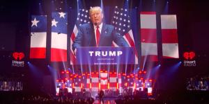 Video: U2 'apuesta' en contra de Trump en Las Vegas