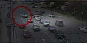 Video: peatones evitan la muerte en choque de Lamborghini con BMW