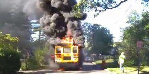 Video: conductora salva a niños de autobús en llamas