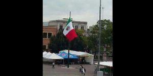 Desconocidos izan de cabeza bandera nacional en Aguascalientes