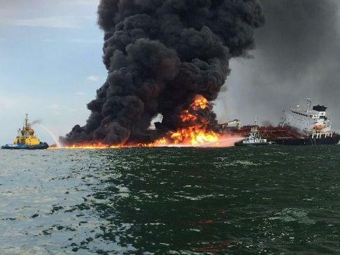 Incendio en buque de Pemex provoca derrame en costas de Veracruz