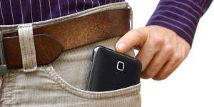 El riesgo de guardar el celular en la bolsa de los pantalones