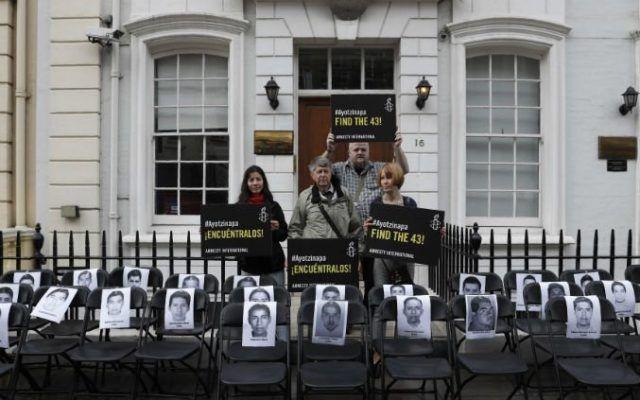 sillas ayotzinapa londres