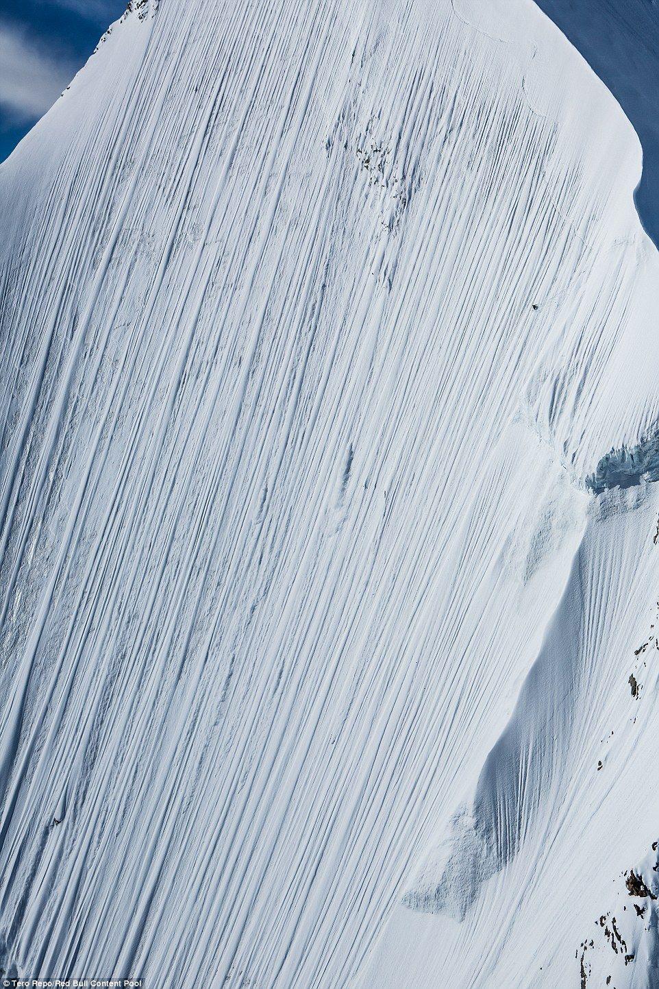 La pendiente de 4 kilómetros que descendió Heitz. En la parte superior derecha de la toma se puede observar la diminuta figura del esquiador suizo. Foto de
