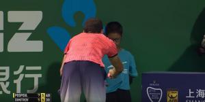 Video: Dimitrov consuela a un recogepelotas en el Masters de Shanghai