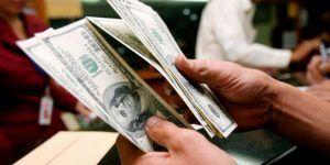 Dólar cierra en 19.65 pesos