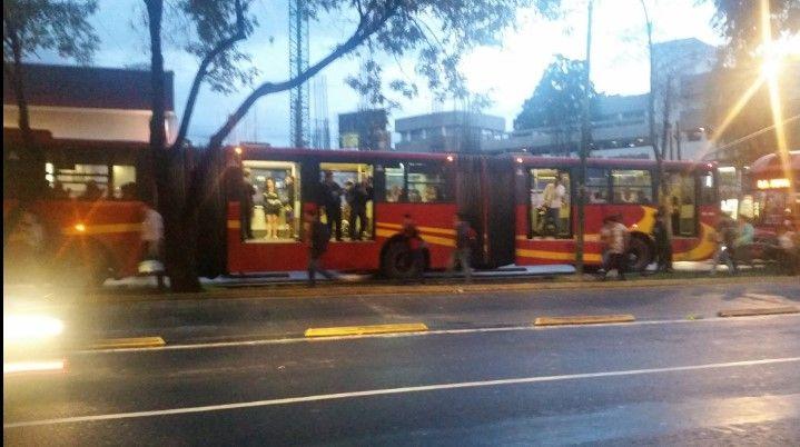Jóvenes encapuchados vandalizaron una unidad del Metrobus
