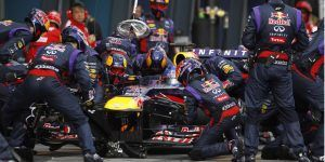 the-red-bull-racing-formula-one-team-executes-a-pit-stop_100424632_l
