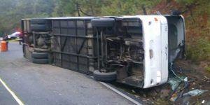 Volcadura de un autobús en Michoacán deja un muerto y 30 lesionados