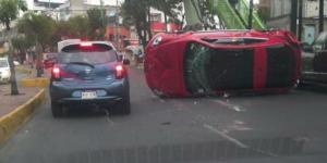 Vuelca automóvil en la delegación Alvaro Obregón
