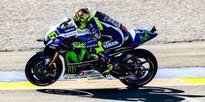 La aficionada que pateó Valentino Rossi demandará al piloto