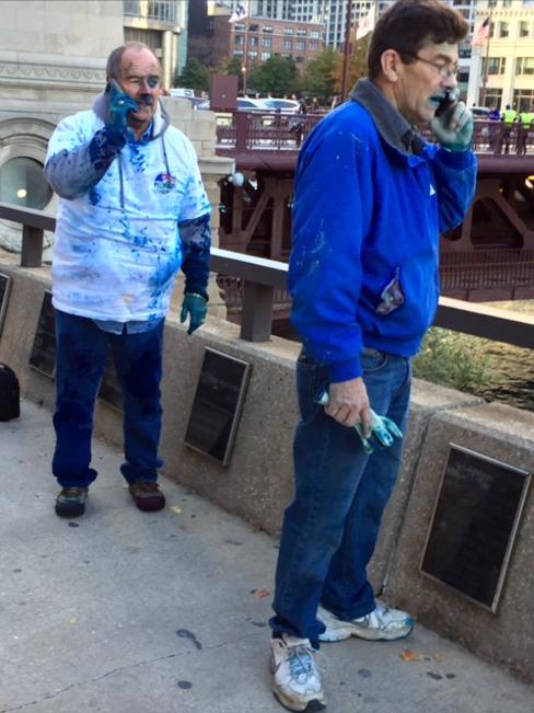 Los trabajadores encargado de teñir de azul el río. Foto de Twitter @CarmelCarrillo