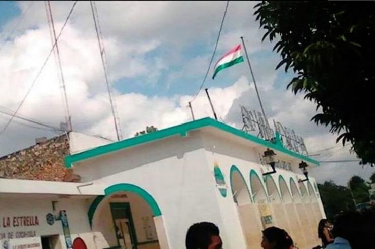 Izan bandera de Hungría en lugar de la de México en Yucatán