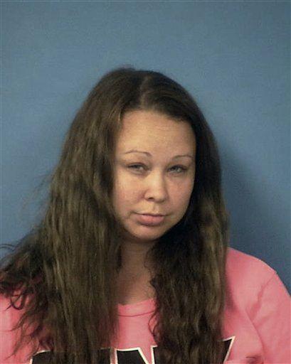 La policía del condado Nye en Nevada facilitó esta fotografía sin fecha de Trisha Meyer, que fue arrestada después de que agentes encontraran a tres tigres en el patio trasero de la casa de ella en Pahrump, Nevada. Meyer fue arrestada el 7 de noviembre debido a una orden de captura emitida contra ella por los delitos graves de hurto y robo domiciliario emitida en el condado Harris, en Texas. Un funcionario judicial en Pahrump dijo el martes 15 de noviembre de 2016 que Meyer no quedó detenida bajo cargos locales. La mujer acordó no impugnar su extradición a Houston, Texas, en su comparecencia del 9 de noviembre ante un tribunal. (Oficina del Jefe de Policía del condado Nye, en Nevada, vía via AP)
