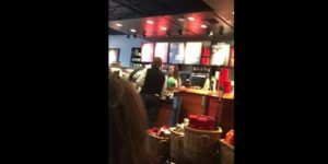 Video: simpatizante de Trump agrede a empleada de Starbucks