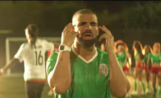 Drake viste playera del Tri en canción promigrante