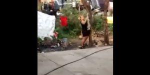 Video: mujer cuelga de un árbol a perro