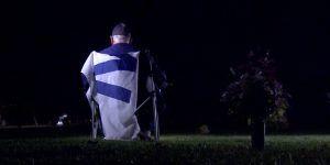 Aficionado de los Cubs ve la Serie Mundial enfrente de la tumba de su padre