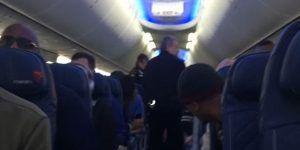 Video: policía arrastra a mujer para sacarla de avión