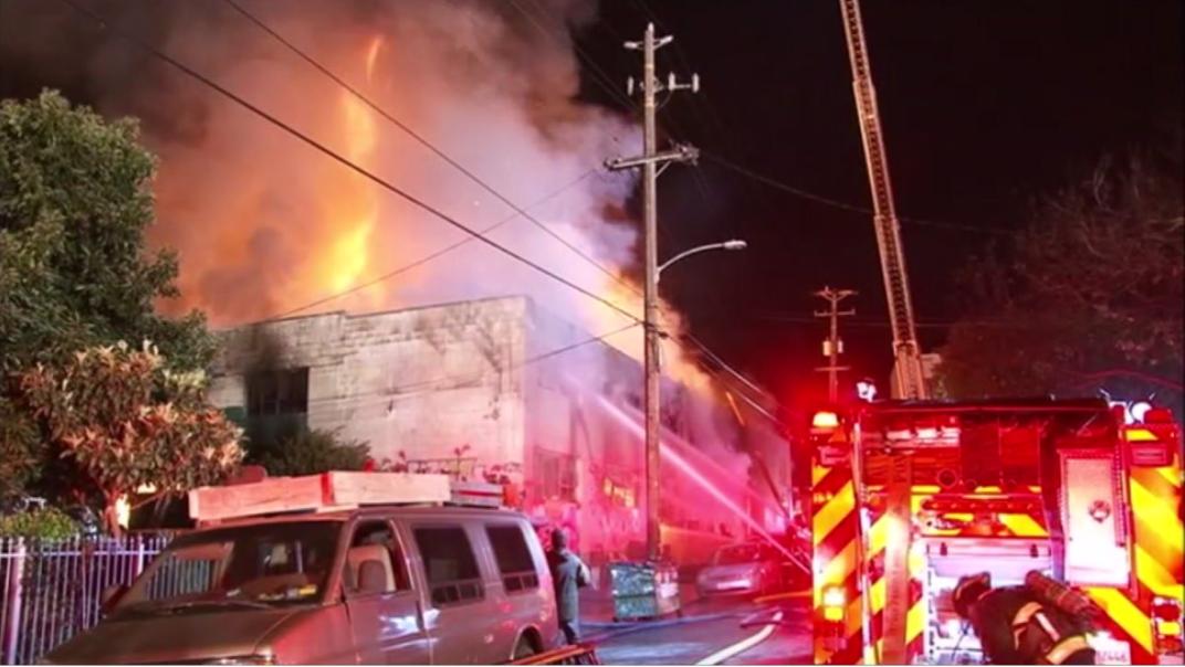 Los bomberos hasta el momento han sacado 24 cuerpos del lugar. Foto de ABC