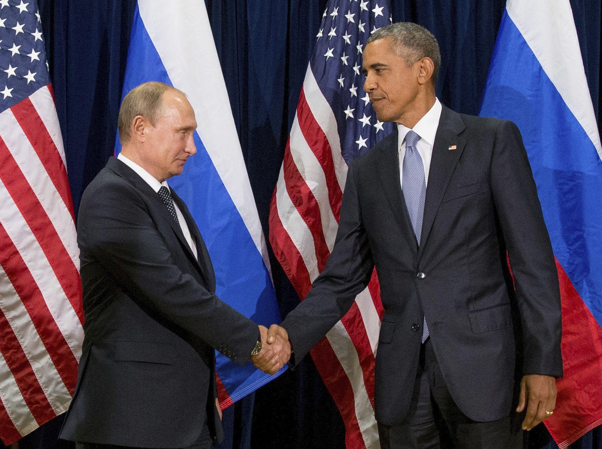 En imagen de archivo del 28 de septiembre de 2015, los presidentes Barack Obama, de Estados Unidos, y Vladimir Putin, de Rusia, estrechan sus manos antes de una reunión bilateral en la sede de Naciones Unidas. Foto de AP.